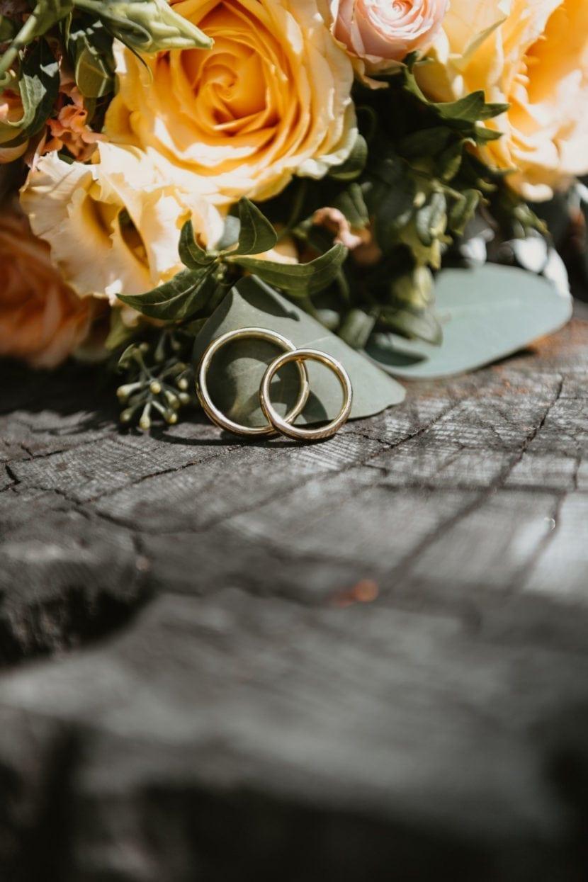 Hochzeitsstrauss und Eheringe